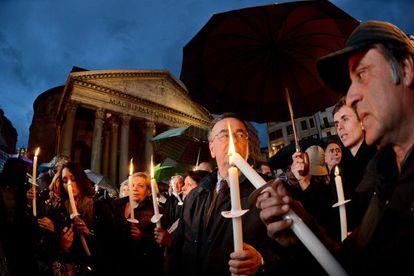 Manifestantes frente al Panteón de Roma protestan contra la política económica que ha causado una ola de suicidios en Italia.