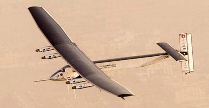 'Solar Impulse 2' despegó desde Abu Dabi, iniciando un viaje de más de un año para concienciar sobre las potencialidades de las energías renovables.