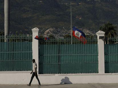 Un hombre camina frente al palacio presidencial en Puerto Príncipe, Haití, este sábado.