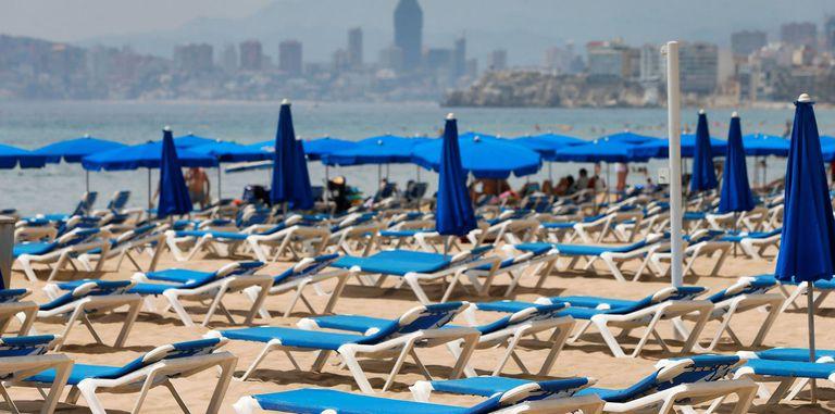 Zona de hamacas vacía en la playa de Benidorm, el 1 de agosto.