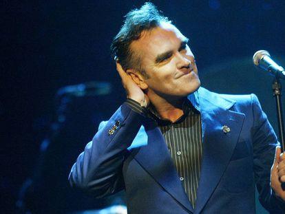 Morrissey se atusa el cabello en un concierto de 2004 en California.