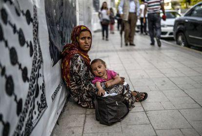 Una siria pide limosna este miércoles en Estambul.