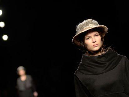 Uno de los modelos de Miriam Ponsa en la pasarela 080.