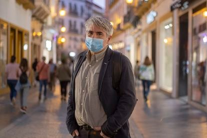Juan Bonilla, Premio Nacional de Narrativa, este jueves en el centro de Sevilla.