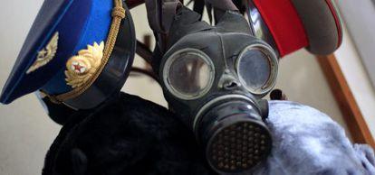 Sombreros y una máscara de gas.