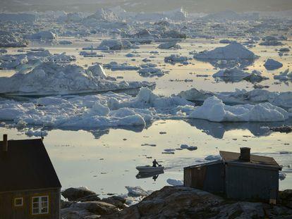Icebergs frente al pueblo de Tiniteqilaq, en Groenlandia.