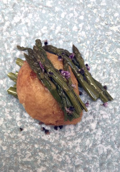 Espárragos verdes salteados con buñuelo de huevo frito, el 3 de abril.