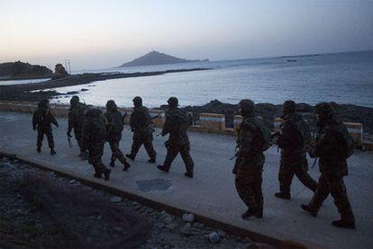 Marines del Ejército de Corea del Sur patrullan en la costa de la isla de Yeonpyeong, la zona atacada con varios obuses por Corea del Norte.