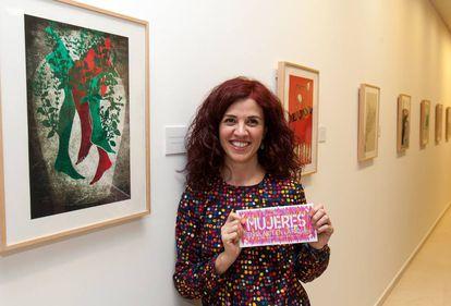 Raquel Marín, en la exposición de Logroño con sus ilustraciones publicadas en EL PAÍS.