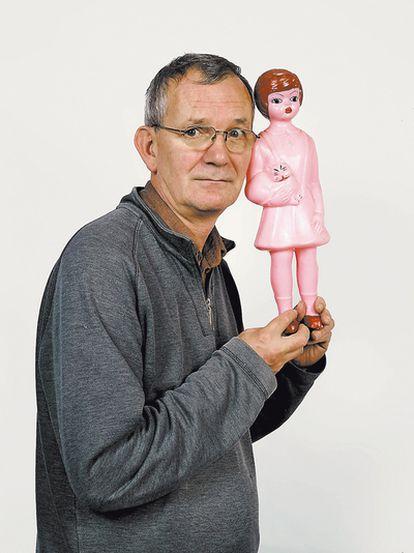 <b>Martin Parr, sosteniendo una muñeca rosa de Albania que compró en 1989. Un <i>souvenir</i> comunista de su colección que ahora comparte con los lectores de <i>Colors.</i></b>