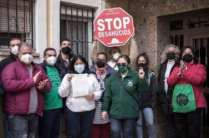 Activistas de la Plataforma Antidesahucios paralizan un desahucio en Valencia, el 22 de febrero.