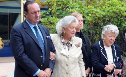 Paolo Casiraghi, Fernanda Biffi, madre de Stefano Casiraghi, y otros familiares en 2010 en el vigésimo aniversario de su muerte.