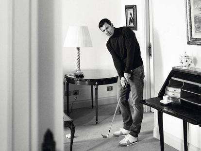 Luis Figo posa en exclusiva para ICON practicando su 'putt' en el Hotel Orfila de Madrid vestido de Cortefiel.
