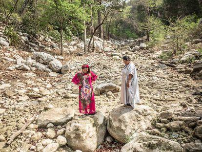 Janet y Norka, activistas de Fuerza de Mujeres Wayúu, posan en un río seco cercano a una multinacional minera que actúa en La Guajira, al norte de Colombia.