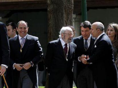 José Manuel Caballero Bonald conversa con el ministro de Educación Ignacion Wert en la celebración del premio Cercantes 2012.