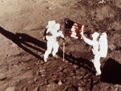 Neil Armstrong y Edwin E. Aldrin colocan la bandera de los Estados Unidos sobre la superficie lunar.