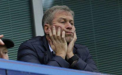 Roman Abramovich observa un partido del Chelsea desde el palco en diciembre de 2015.