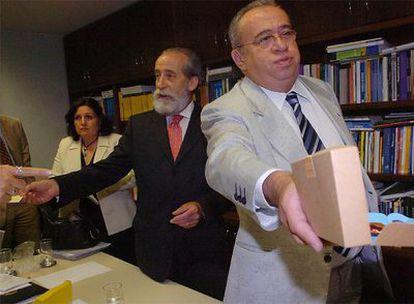 Reunión del embajador español en Brasil, Ricardo Peidró (centro) el martes, con senadores brasileños