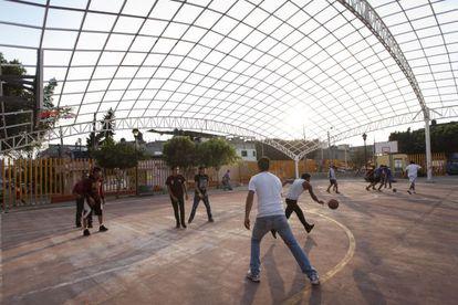 Juego de baloncesto en el Centro Deportivo Cuauhtémoc.