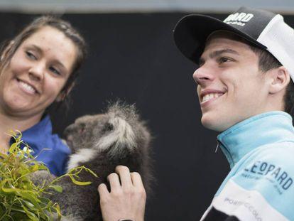 Joan Mir, en Australia, con un koala.