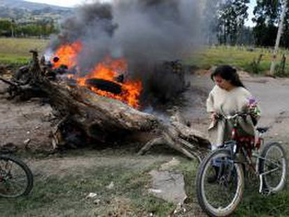 Una habitante camina entre los bloqueos en las vías el viernes 23 de agosto de 2013, en la población de Ubaté, departamento de Cundinamarca (Colombia).