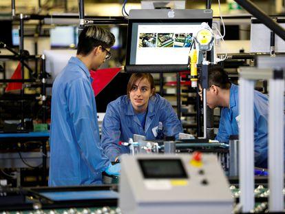 Trabajadores en una factoría de ensamblaje de ordenadores de Apple en Austin (Texas, Estados Unidos).