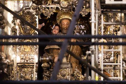 Andamios en el altar mayor de la catedral de Santiago.