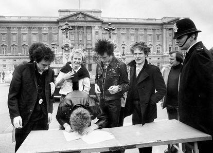 Con los Sex Pistols frente a Buckingham Palace, donde firmaron su nuevo contrato con A&M Records en 1977.