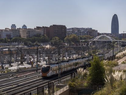 Un tren de Rodalies junto a las obras de la estación del AVE de Sagrera en Barcelona.