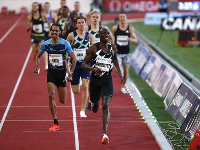 El español Mohamed Katir (azul) durante la competición de 1.500 metros de la Diamond League de Mónaco