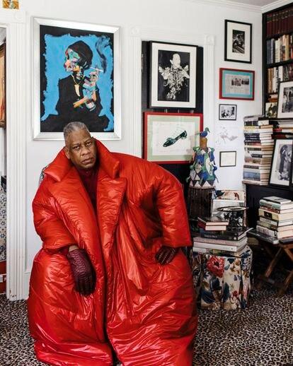 André Leon Talley, en su casa de Nueva York, delante de un retrato de Diana Vreeland de Bradley Theodore.