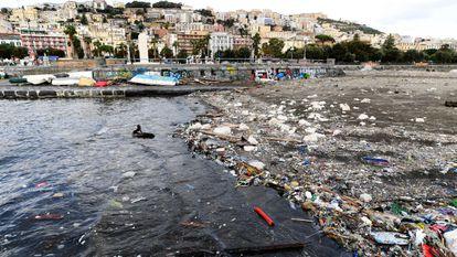 Plásticos arrastrados a las playas de Nápoles por una tormenta.
