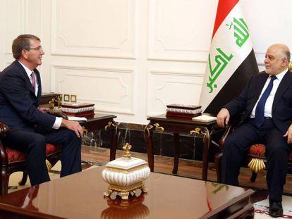 Ashton Carter y el primer ministro iraquí Haidar al-Abadi, este lunes en Bagdad (Irak).