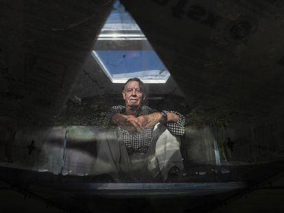 Lucio Ballesteros, retratado en el interior de su nave espacial.