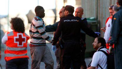 Inmigrantes atendidos en el puerto de Almería.