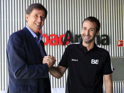 Davalilo, a la izquierda, saluda a Sito Alonso, nuevo entrenador del Bilbao Basket.