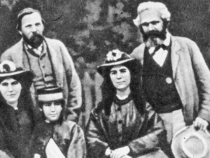 Karl Marx (derecha) y Friedrich Engels, junto a las hijas del primero. De izquierda a derecha, Jenny, Laura y Eleanor.