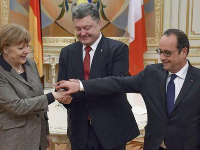 La canciller Merkel y los presidentes Poroshenko y Hollande.