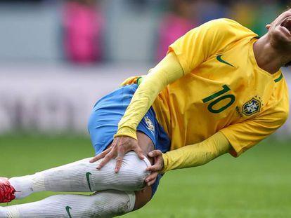 Neymar se queja de una patada ante Japón.