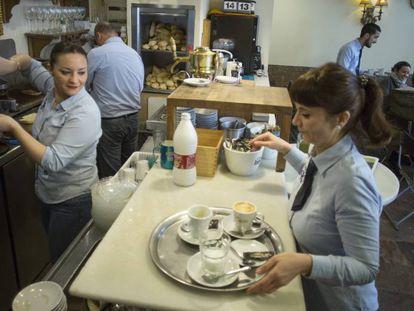 Empleados en una cafetería de Sevilla.