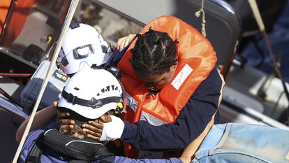 Una inmigrante es evacuada este jueves del 'Sea Watch 3' por la Guardia Costera italiana.