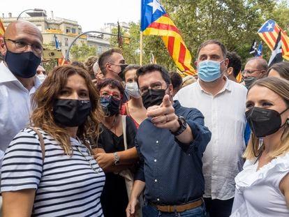 De izquierda a derecha, Raül Romeva, Laura Vilagrà, Dolors Bassa, Pere Aragonès, Oriol Junqueras y lJanina Juli, mujer de Aragonès, antes de empezar la manifestación de la Diada. / CARLES RIBAS