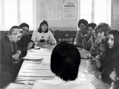 Jean-Pierre Barou, con gafas, con Simone de Beauvoir a su derecha, en 1973.