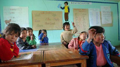 Niños estudiando quechua en Callatiac, en el departamento de Cuzco.