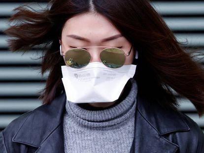 Una mujer lleva una mascarilla en una calle de París, esta semana.
