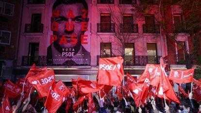 Ambiente en la sede del PSOE en Madrid tras la victoria en las elecciones generales.