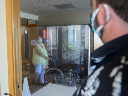 Una residente del centro Elorduy (Barrika, Bizkaia), donde ha habido 36 contagios, pasea por las instalaciones este martes.