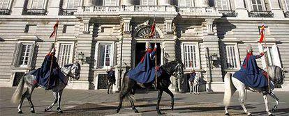 Vista del primer relevo semanal de la Guardia Real realizado hoy en el Palacio Real.