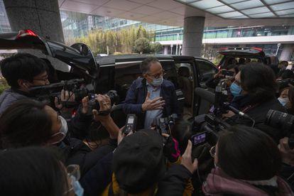 Peter Ben Embarek, director de la misión de la OMS en China para investigar el origen de la covid-19, habla a los medios el pasado 10 de febrero en el aeropuerto de Wuhan.