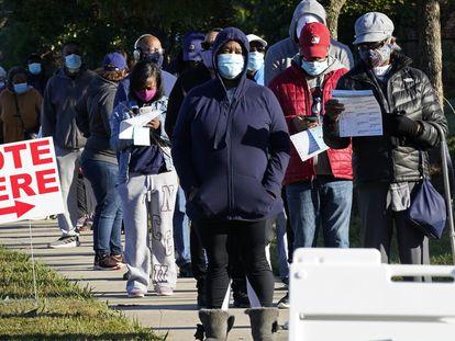 Cola para votar anticipadamente en un recinto electoral de Carolina del Norte.
